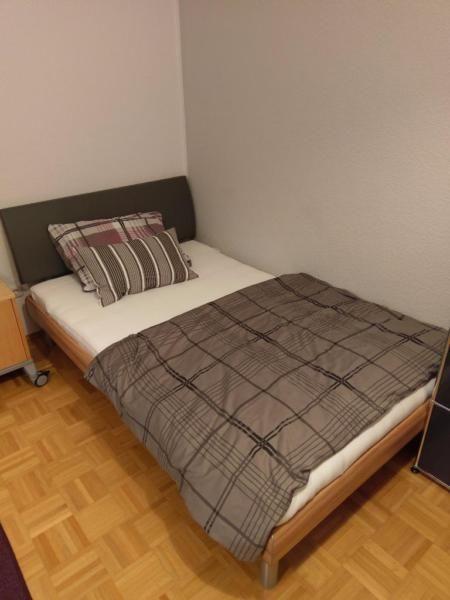 Ich biete hier mein gemütliches Bett in der Größe 120x200cm inklusive eines hochwertigen, verstellbaren Lattenrosts und Matratze an.Ein Topper ist optional auch zu haben.Das Bett wurde vor ca. 6 Jahren bei Zurbrüggen zu einem Preis von etwas über 1000 Euro erworben.Ich verkaufe das Bett, da ich auf einen größeres Bett, dass auch für 2 Personen geeignet ist umsteige.Wir sind ein tierfreier Nichtraucherhaushalt.Der Kauf ist sofort möglich.