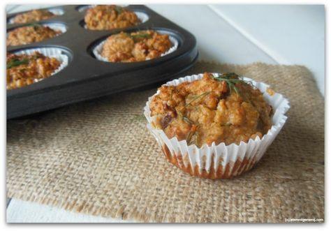 Havermout muffins met kaas, zongedroogde tomaten, nootjes en kruiden. De perfecte lunch, hartige muffins! En dit keer niet de ongezonde variant. Nee we gaan niet voor zoet, voor hartig. En boter laten we achterwege. Je maakt de muffins met gemalen havermout. Een leuk...