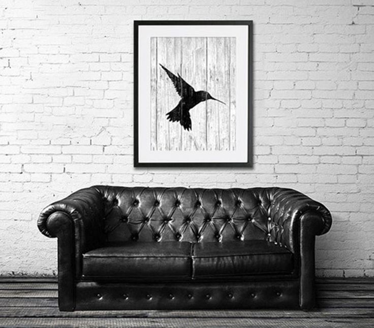 The tiny hummingbird has a beautiful silhouette. The background of this image by SeasonsSpace, made to look like wood, is an original touch. Last but not least, the passe-partout makes the print quite chic.