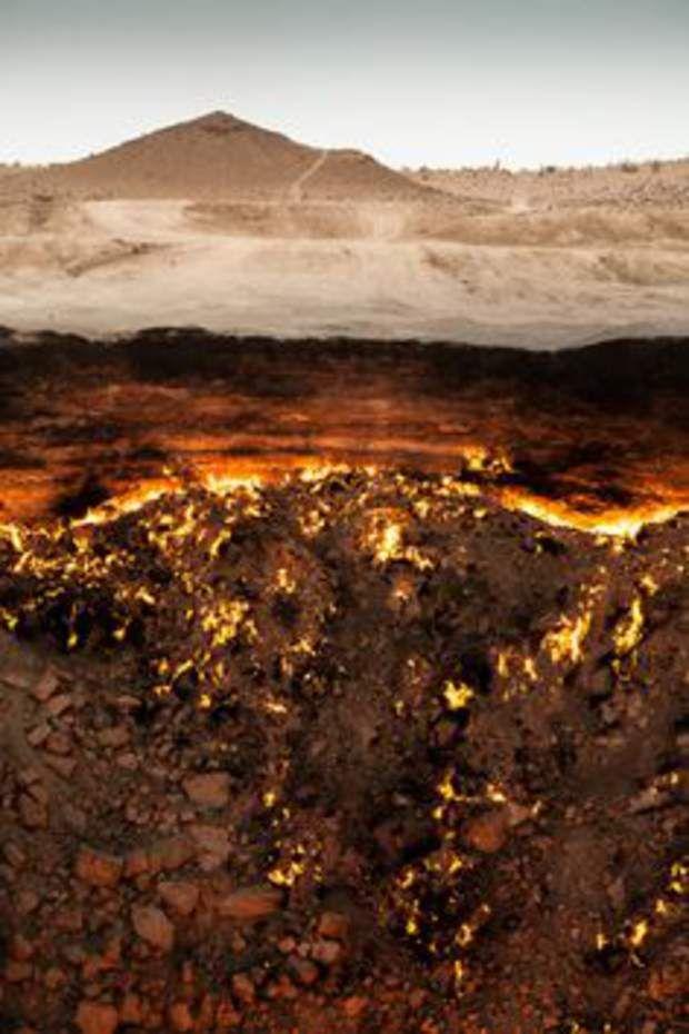 Le cratère de Darvaza, au TurkménistanLe cratère de Darvaza, aussi surnommé Porte de l'Enfer par les locaux, est un trou d'une cinquantaine de mètres de diamètre en combustion continue depuis... 1971 ! Un an plus tôt, en 1970, des géologues ont foré le sol à la recherche d'un gisement de gaz naturel. Mais, accidentellement, les techniciens ont percé une cavité souterraine.Résultat, la tour de forage s'est effondrée et a laissé derrière elle un trou béant dans le sol. Pour éviter les risques…