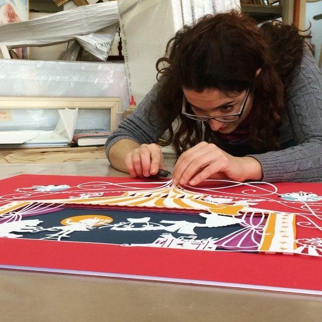 """Montaggio in cornice dei Papercut """"Il Miomagnifico Spettacolo"""" di Olga di carta realizzati da @lindatoigo Un grazie a Mauro Teló mitico corniciaio di Milano #elisabettagnone #olgadicarta #picoftheday #paperart #papercutting #art #papel #photooftheday #videooftheday #timelapse #fragilità #fragility #unicità #unicity #circo #circus #milano #artigianato @salani_editore"""