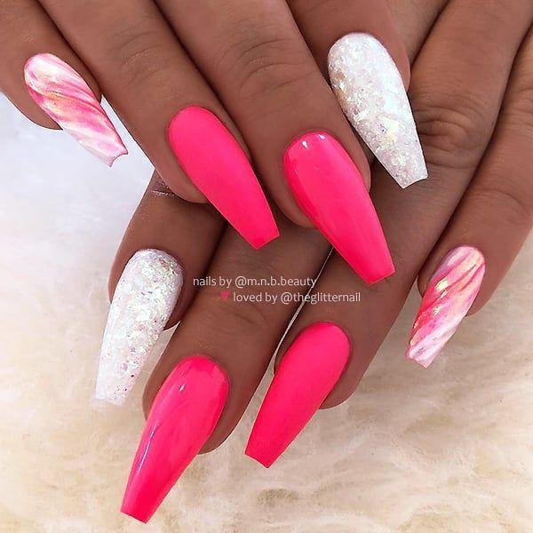 Mattes und glänzendes Neon-Melonenrosa, Marmorwirbel und weißer Glitzer auf langen Sargnägeln • Nail Artist: @ m.n.b.beauty – Fingernägel