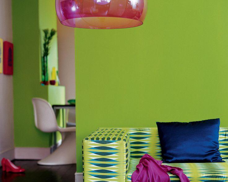 Dynamisez le salon avec le citron vert. Sur un fond vert citron acidulé, le parquet glossy en bois sombre, le jaune vif et les touches de fuschia donnent un look tropical à ce salon.