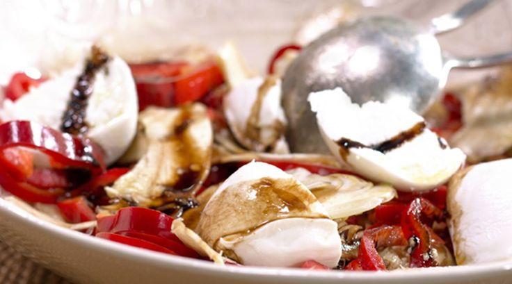 Mozzarellalı ve Enginarlı Salata Malzemeler  2 adet top mozzarella 3 adet enginar 2 adet kırmızı kapya biber Sos için: 1 tatlı kaşığı bal 1 tatlı kaşığı süzme yoğurt 1 tatlı kaşığı balsamik sirke Yarım limonun suyu Zeytinyağı Tuz