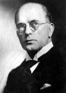 Basil Clarke en 1924 presenta el primer Codi d'Ètica de RRPP al Regne Unit. Lluita perquè li llet desnatada importada, fóra no apta per als bebés i també contra Henz pels colorants nocius que inclouen en els seus aliments