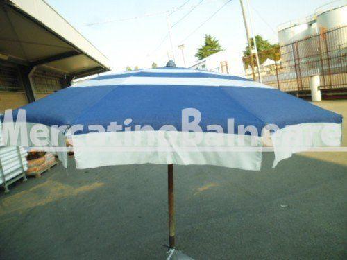 Ombrelloni professionali per spiaggia in alluminio USATO Q.TA' 29 EUR 33 - Mercatino Balneare ombrellone miro usato in pronta consegna    struttura ragno   con 10 stecche ossidate in acciaio da 5 mm lunghezza cm 100 per un diametro di  a 2 metri circa palo in legno  di diametro 40 mm con femmina da 40 tessuto blu e bianco rigato irregolare  il tutto usato ma  funzionale il prezzo per cadauno ombrellone escluso della parte di sostegno sotto si possono acquistare anche singola