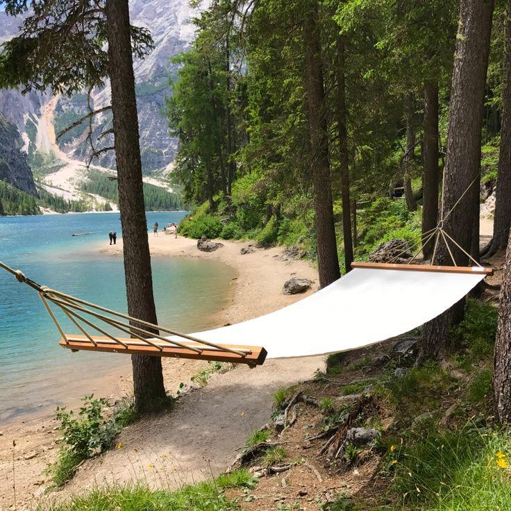 AMACA CONTEMPORARY CHIC  Un oggetto di design per rendere unici i tuoi momenti di relax e per sorprendere gli ospiti!  Eleganti corde in canapa, il legno tropicale e la rilassante stoffa del lettino da spiaggia rendono AMAMI un'amaca introvabile nel suo genere