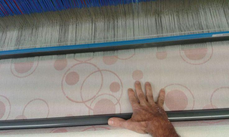 Tessitura in un'azienda familiare italiana con arte e cura per i dettagli
