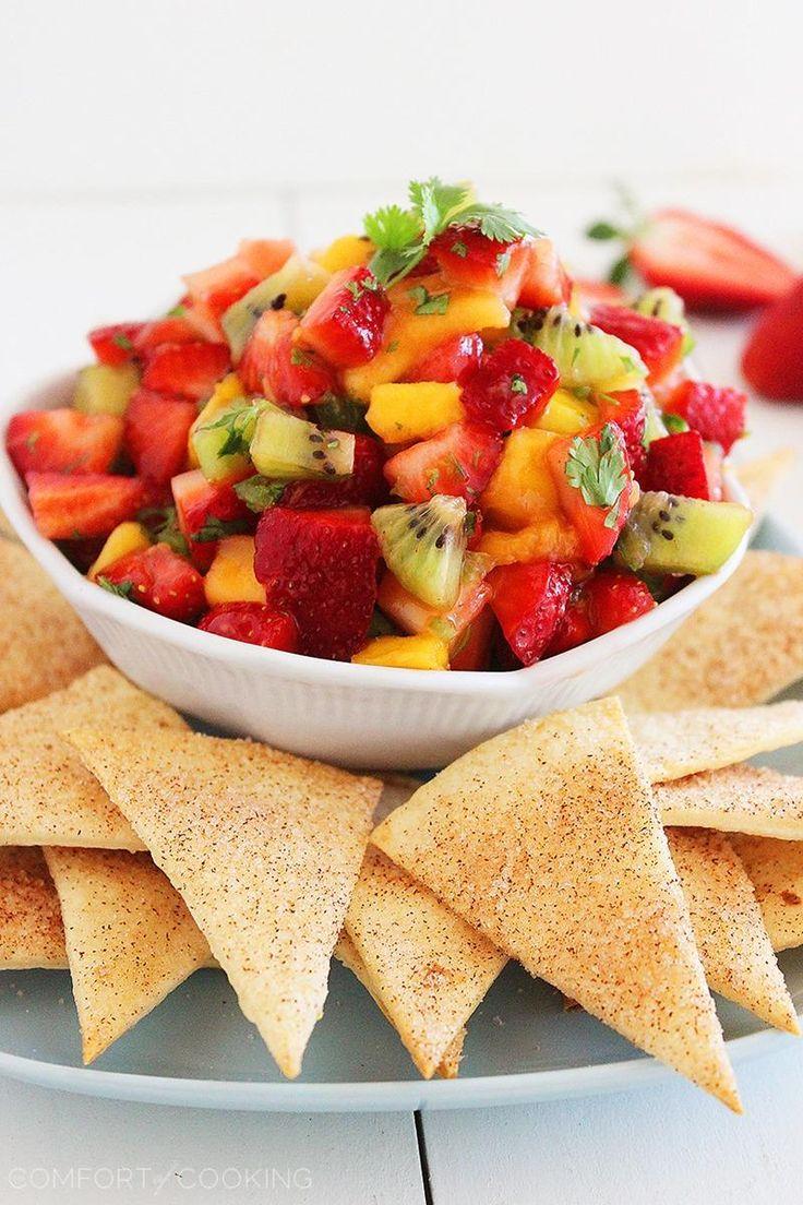 Chips de frutas para una merienda dulce y  saludable. Una ensalada de fresas, mango y kiwi acompañada con tortillas espolvoreadas con canela y horneadas.