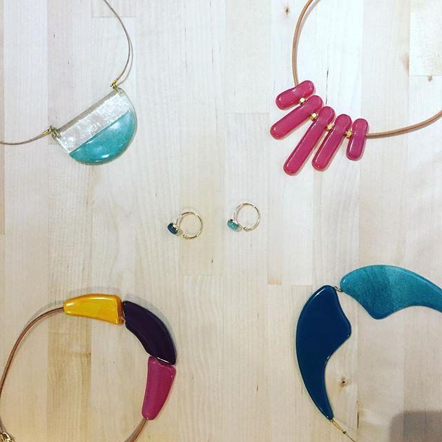 Esta linea de joyería lleva con nosotros un par de semanas y aun no os la había podido enseñar! Todo está hecho con vidrio prensado, plata y baños de oro. Y como no, hecho aquí en España y con amor! #mawmakeawish #jewellery #jewelrygram #joyas #joyeria #gargantilla #pendientes #earrings #rings #anillos #hechoenespaña #regalosoriginales #regalosbonitos #hechoamano #hechoconamor #forher #tiendasbonitas #tiendasbonitasvalencia #valencia #tiendasvalencia