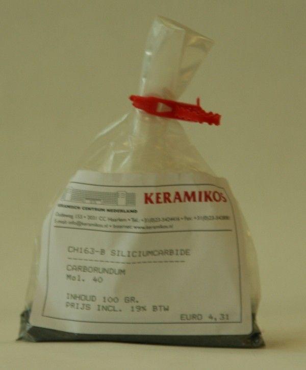 Carborundum. Wordt o.a. gebruikt ter verkrijging van plaatselijke reductie in oxiderende atmosfeer. Bijvoorbeeld 0,5% Siliciumcarbide in een alkalisch glazuur met Koper veroorzaakt koperrode reductie effecten. In grotere hoeveelheden toegevoegd ontstaan blazen of kraters in een glazuur.