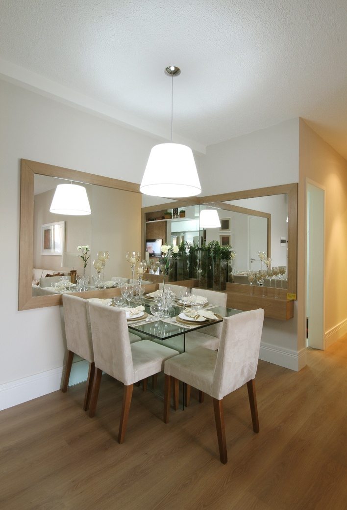 Na sala de jantar o espelho em L dá a sensação de ampliar o ambiente, e também cria uma conexão com a mesa em vidro. A moldura e aparador em madeira dialogam com o restante do ambiente (incluindo sala de estar), além de deixa-lo mais elegante http://ow.ly/euMeO