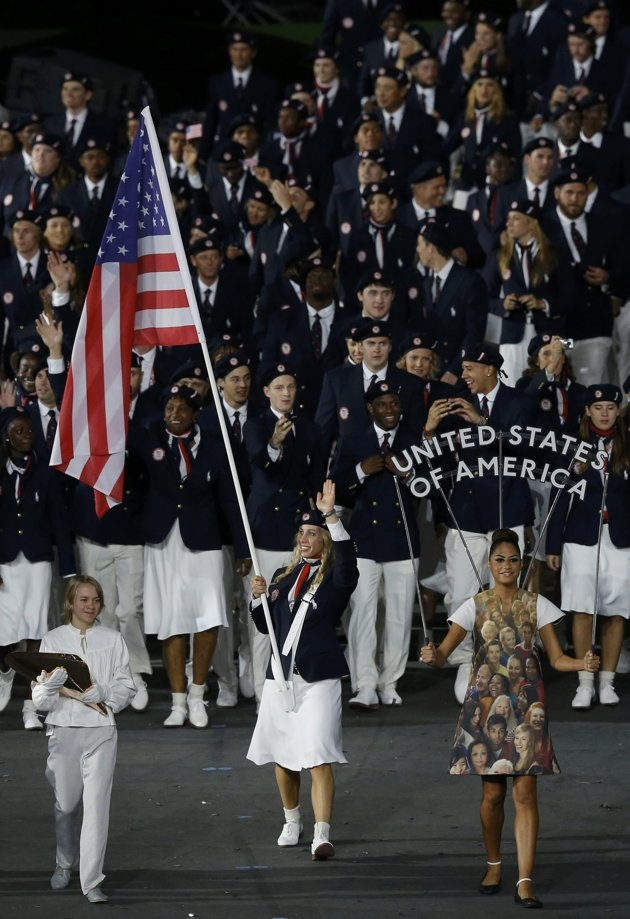 Flag bearer Mariel Zagunis of the U.S. holds the national flag as she leads the contingent in the athletes parade during the opening ceremony of the London 2012 Olympic Games at the Olympic Stadium July 27, 2012. REUTERS/Phil Noble (BRITAIN - Tags: SPORT OLYMPICS)