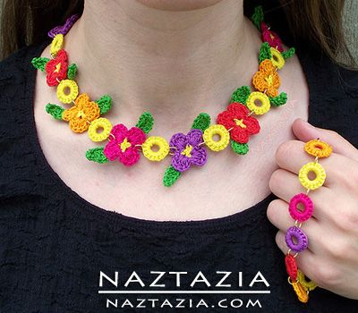 Crocheted Crochet Flower Necklace Bracelent Jewelry. Collar de flores hecho en crochet.