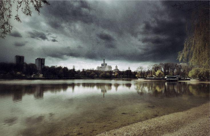 Bucharest, Romania Oraşul este alcătuit dintr-o infinitate de planuri, vizibile şi invizibile. Fotografia descompune realitatea în părţi mai mici, fiecare parte păstrând caracteristicile întregului. Nu întotdeauna privirea ansamblului poate ajuta privitorul sa parcurgă fluent ceea ce pare a fi real. Ca şi în viaţa cotidiană, coerenţa şi sensul global pot scăpa sub influenţa contradicţiilor sau paradoxurilor din prim plan.