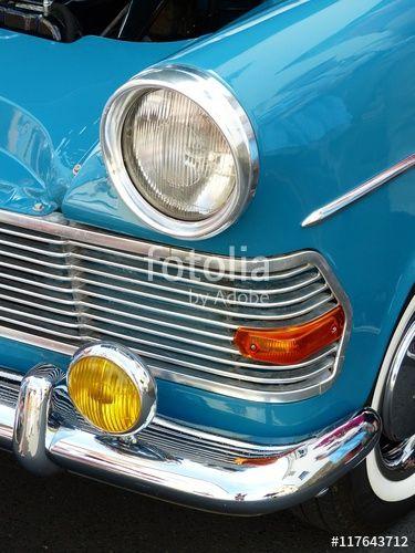 Scheinwerfer einer blauen Opel Rekord Limousine der Sechzigerjahre mit viel Chrom bei den Golden Oldies in Wettenberg Krofdorf-Gleiberg in Mittelhessen