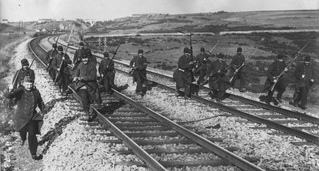 Infanterie française avançant le long d'une voie ferrée : photographie de presse / Agence Rol