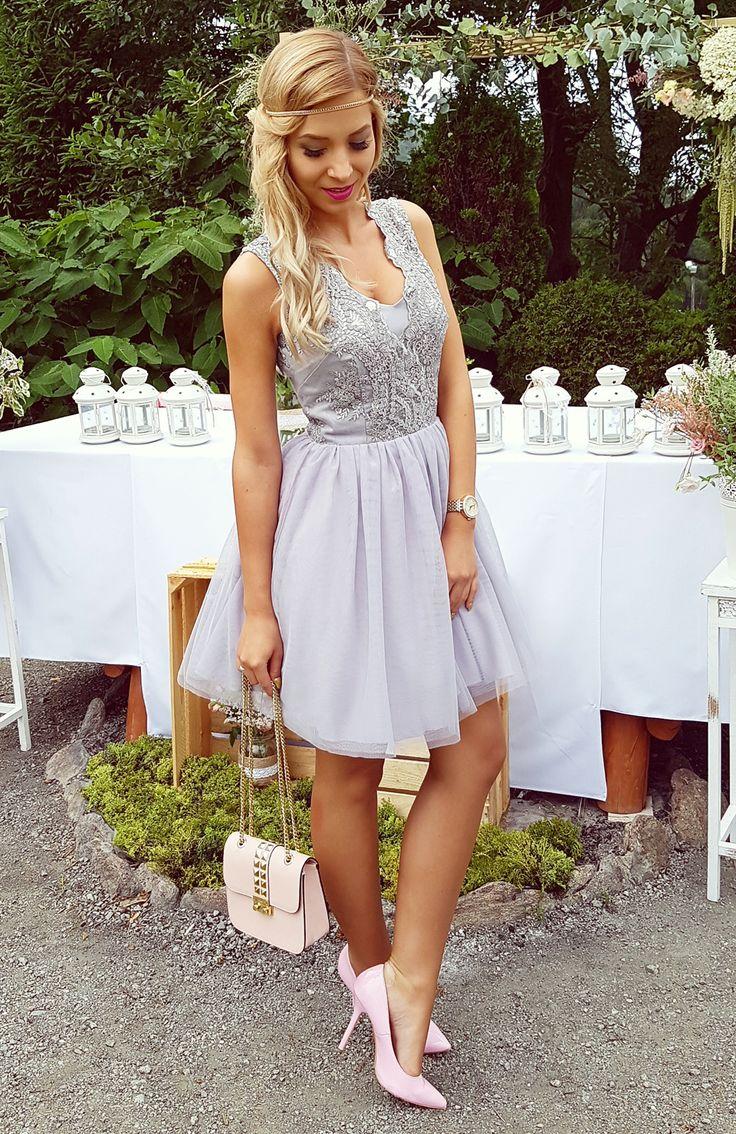 Ekskluzywna tiulowa, rozkloszowana sukienka, wykonana z wysokiej jakości tkanin i przyjemnego w dotyku tiulu. Sukienka podszyta jest przewiewną podszewką i kilkoma warstwami tiulu, dzięki czemu efektownie się prezentuje. Z przodu posiada dekolt wykończony efektowną gipiurą z cekinowymi wstawkami i kryty zamek z tyłu. Sukienka jest wyjątkowa, dopracowana w każdym detalu, bardzo starannie uszyta.  349 zł  Tulle gray dress