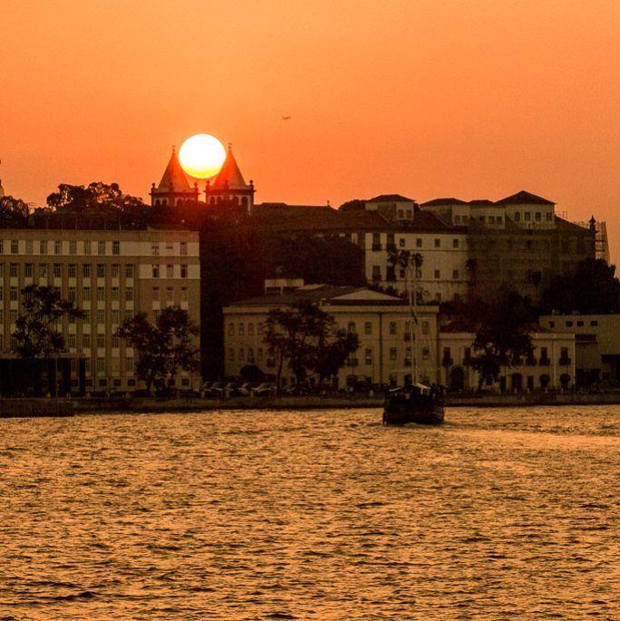 Um pouco de luz para iniciar seu dia...   #leandromarinofotografia #bestoftheday #picoftheday #photooftheday #fotododia #sunset #riodejaneiro #brasil #errejota #errejota021 #rj  #pordosol #baiadeguanabara #instadaily #instalike  #landscape #sunshinecoast #cityscape #seaview #sunsetscape #oquefazernorio #riofreewalkingtour #cidademaravilhosa #portomaravilha #wonderfulcity #cariocadagema #instapic #instagood #instasun - http://ift.tt/1HQJd81