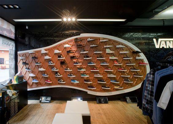Tienda de Vans, me llama la atencion por la forma de como han colocado las zapatillas y el entorno que las rodea . IV: