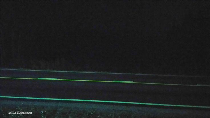 Sunnuntaiaamu n. klo 7 marraskuussa. Katulamppu heijastuu tiehen vasemmalta.  Finnish Sunday morning around 7 am on November. Streetlight on the left side in the picture. If you look carefully, you can see the forestline inside the darkness.