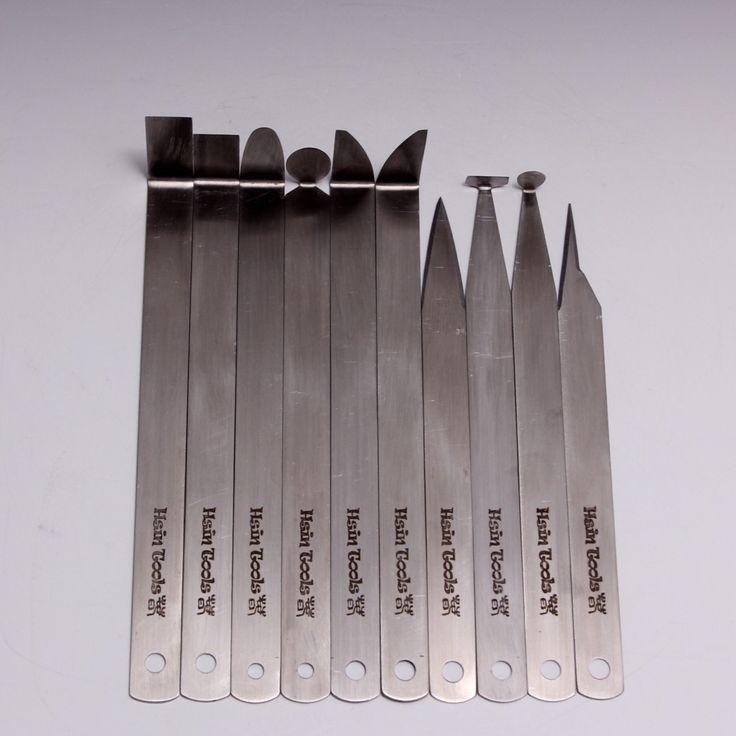 © copie droit #TXu 1-961-453 Cet ensemble a 10 différentes formes en acier inoxydable coupe des outils à la main en Lin Hsin-Chuen. Acier inoxydable, ces outil est plus forte ensemble séjour, nettoyer plus facilement et rouillent gratuite.  Instruction d'affûtage: J'ai un touret dans mon studio et avant la coupe j'aime habituellement à aiguiser les outils. Si vous n'avez pas un broyeur de puissance, vous pouvez utiliser une lime fine ou une pierre fine de ponçage/broyage de poncer légèr...