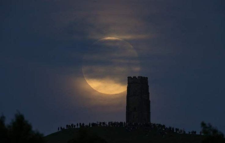 Luna de Fresa puede ser vista en Glastonbury Tor, lugar donde se reunieron varias personas para recibir el solsticio en Somerset, Inglaterra, el 20 de junio 2016. (Getty Images)