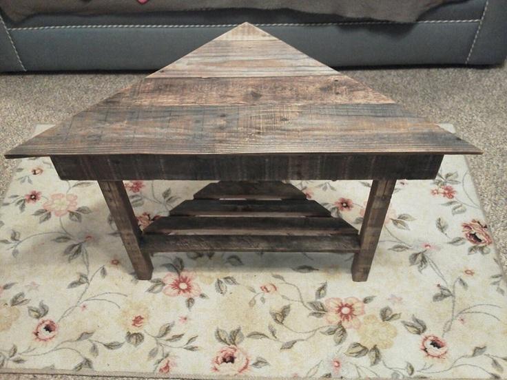 Corner table from pallet wood pallet tables pinterest for Pallet corner bench