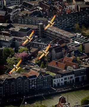 Vliegtuigen vliegen over tijdens de vaartocht van het koninklijk gezelschap. beeld ANP