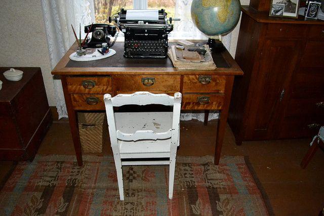 Upea kirjoituspöytä tavaroineen. Ja matto...