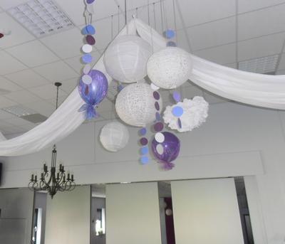 mooie feest decoratie een mix van lampionnen,ballonnen met tule ,papieren schijfjes aan elkaar genaaid,en papieren pompon.