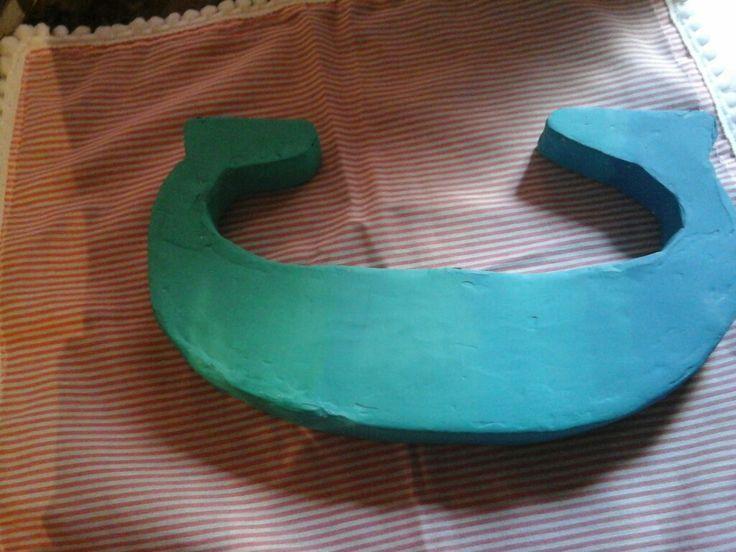 Letra corporia echa a mano  con carton y pintada con acrilico con distintos tonos de celestes y un poco de verde