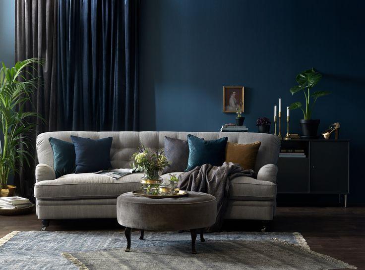 Stämningsfull tonsättning, grått och blått. Sheffield soffa, Anna sammetspall. Nya katalogen är här!