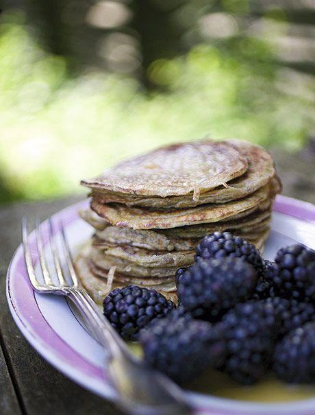 Én af de mange skønne ting ved sommerferie er, at man har tid til at kræse om morgenmaden. Prøv f.eks. at overrask familien med disse speltpandekager med appelsinsirup. Det er mums!