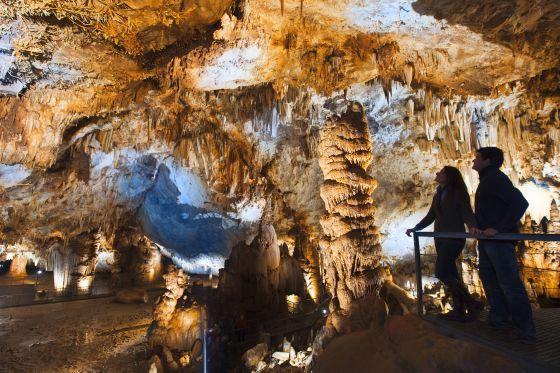 """Viaje al Fondo de la Tierra... Podemos decir que las cuevas de Pazolagua en el Valle de Carranza es un viaje impresionante . Conocí este lugar por el premio mejor rincón 2013 de la Guia Repsol, el valle de Carranza en el que se encuentra es de una gran belleza natural, y las cuevas cuentan con atípicas formaciones de estalacticas excéntricas, cuya formación científica se desconoce.  La visita por el interior cuenta con numerosas paradas como la zona """"Versalles"""" . pero lo mejor es ir a…"""