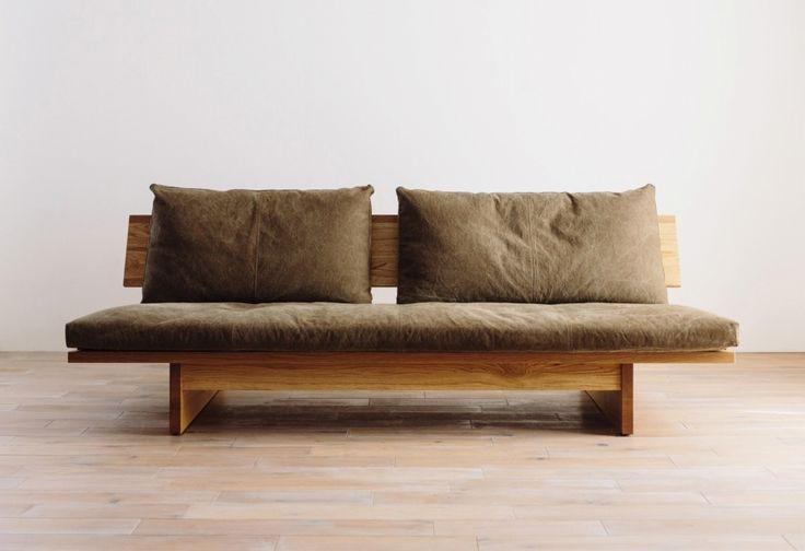 ※写真のFREXバッククッション、RIPOSO ヘッドレスト、FREXサイドテーブルはそれぞれ別売です。※背もたれのクッションは別売りです。本体と座面のベンチタイプソファです。スチールだった脚を木材にすることで、より温かみを