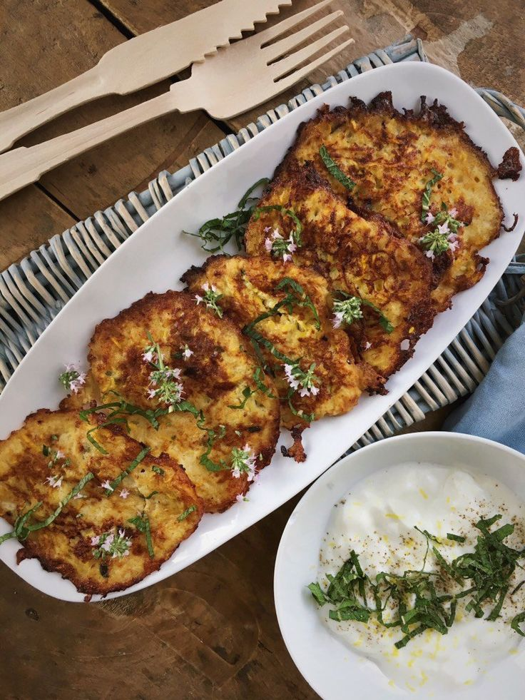 Courgettekoekjes met yoghurtsaus, heerlijke groenten pannenkoekjes met een frisse yoghurtsaus.. Lekker als lunch of bijgerechtje.