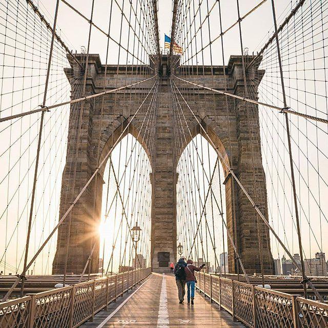 🌎Бруклинский мост | Нью-Йорк | США.🇺🇸  📝Бруклинский мост – одна из самых знаковых структур Нью-Йорка, часть американской истории. Он стал символом Америки, когда еще не было Статуи Свободы🗽 и знаменитого небоскреба «Крайслер-билдинг». В свое время, мост🌉 через Ист-Ривер, протяженностью в 1825 метров, стал чудесным воплощением инженерного мастерства и дерзкого замысла 19-го века. Даже сегодня эти гигантские столбы, устремленные над водой ввысь на 84 метра, являются впечатляющим…
