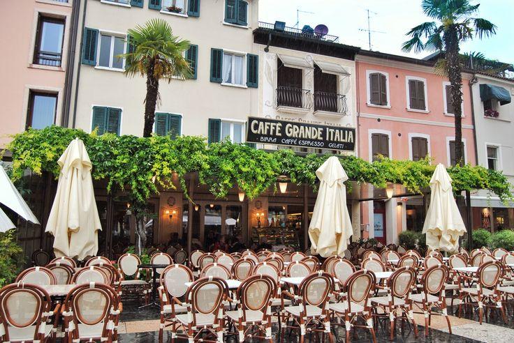 Sirmione, la perla del lago di Garda (di Michela Figliola - WamCheapTrips) - www.brickscape.it - Incastonato tra tre regioni, il lago di Garda è uno dei grandi laghi italiani, tra le Alpi e la Pianura Padana, con le sue acque limpide ed i graziosi borghi che vi si affacciano, il Lago di Garda è una meta perfetta per una vacanza romantica in ogni stagione. #brickscape #turismoesperienziale #turismo #esperienze #tourism #experiences #garda #Sirmione #warmcheaptrips #viaggi #viaggiare #lago…