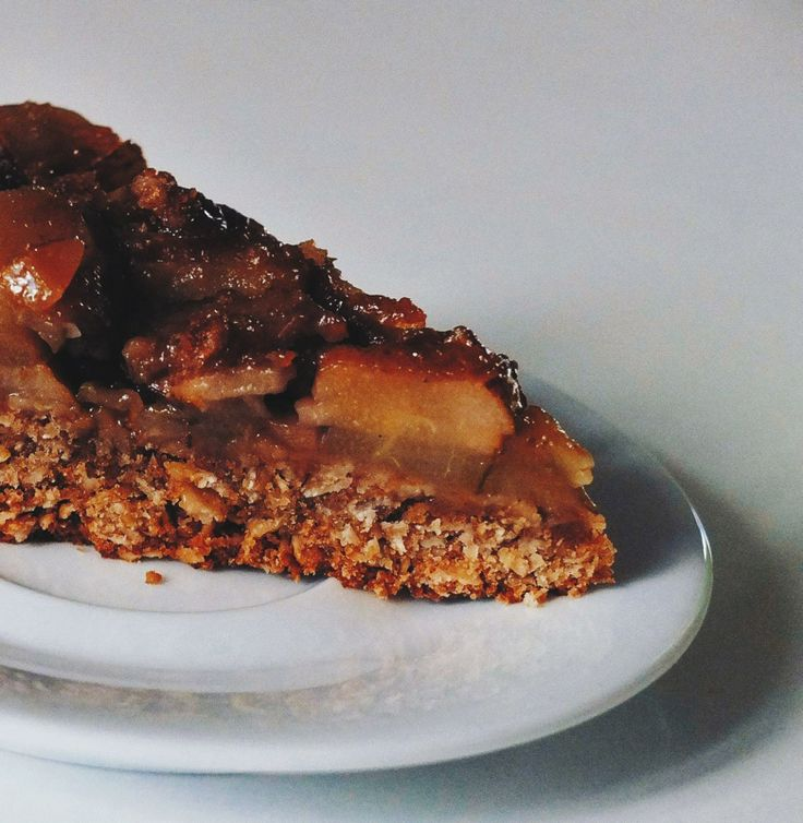 Страшненько... полезный и вкусный пирог.  Основа [1.5 ст. овсяных хлопьев + 1 ст. цельнозерновой муки + 1/2 ч.л. разрыхлителя + 1/2 ч.л. соли + 2/3 стакана коричневого сахара или 2/3 ч.л. экстракта стевии + половинка банана (пюрированого) + 1/2 стакана растительного масла + 2 ст.л. растительного молока]  Начинка [3 груши тонкими ломтиками + 2 ст. л. растительного масла + 3 ст. л.  сахара + корица] - потомить на медленном огне  Выложить основу в форму, сверху начинку. Выпекать.  #рецепты…