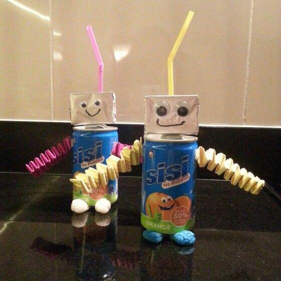 Traktatie robot (blikje sisi, hoofd is doosje rozijnen, voetjes playmais, antenne is rietje voor het drinken) Leuk om samen met je kind te maken.