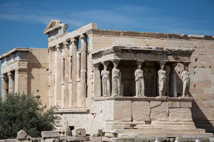 Eretteo. Acropoli di Atene. Costituito da: casa delle arefore, tomba di Cecrope, cella di Poseidon, vestibolo, ulivo di Atena, Pandroseidon, loggia delle Cariatidi, totem di Atena Polias.