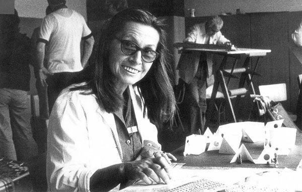 """Teresa Kruszewska, Projektantka mebli. Urodziła się 10 kwietnia 1927 roku w Warszawie, zmarła 6 czerwca 2014 roku tamże. Studiowała architekturę wnętrz, zrobiła dyplom w 1952 roku u Jana Kurzątkowskiego w Akademii Sztuk Pięknych w Warszawie. Jeszcze jako studentka rozpoczęła pracę na macierzystej uczelni, z którą była związana przez ponad 40 lat. Pracowała dla Instytutu Wzornictwa Przemysłowego, Spółdzielni Artystów """"Ład"""" i Centrali Przemysłu Ludowego i Artystycznego """"Cepelia""""."""