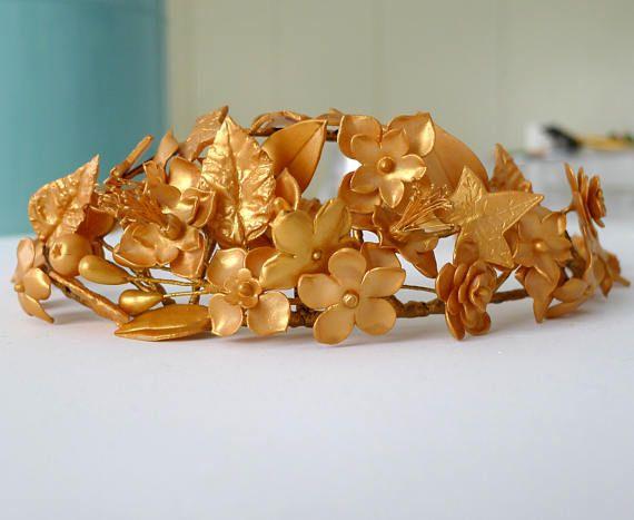 Corona dorada de novia  con flores de porcelana fría