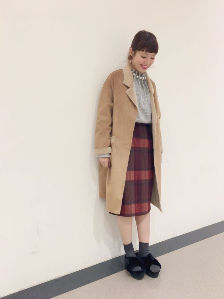 チェックタイトスカート 秋らしい配色がコーデのポイントになるチェック柄スカートです。ひざ下丈のタイトシルエットなので、可愛すぎず大人っぽい着こなしをお楽しみいただけます。今年大人気のボリュームニットとも相性が良いです。ウール混であたたかな生地感もオススメポイントです。