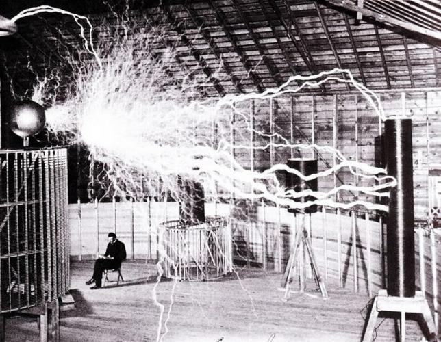 El inventor nunca se alzó con el Nobel, pero es su nombre el que fue laureado por el Sistema Internacional de Unidades: la densidad del flujo magnético se mide desde entonces en teslas. El serboame…
