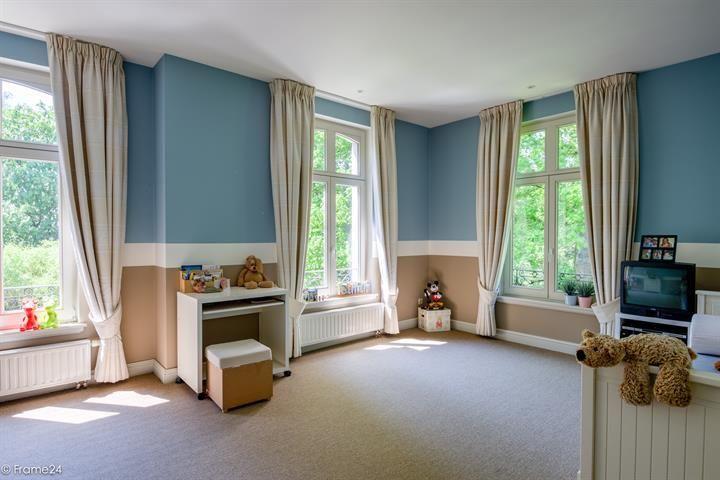 Te koop - Villa 5 slaapkamer(s)  - bewoonbare oppervlakte: 400 m2  - Prachtige herenwoning van ca. 400 m² in een mooie buurt in 's Gravenwezel.    Indeling:   Op het gelijkvloers bevindt er zich een inkomhal met ingebou  - bouwjaar: 2000-01-01 00:00:00.0 2 bad(en) -   4 gevel(s) -   - oppervlakte living: 63 m2 - oppervlakte terras: 90 m2