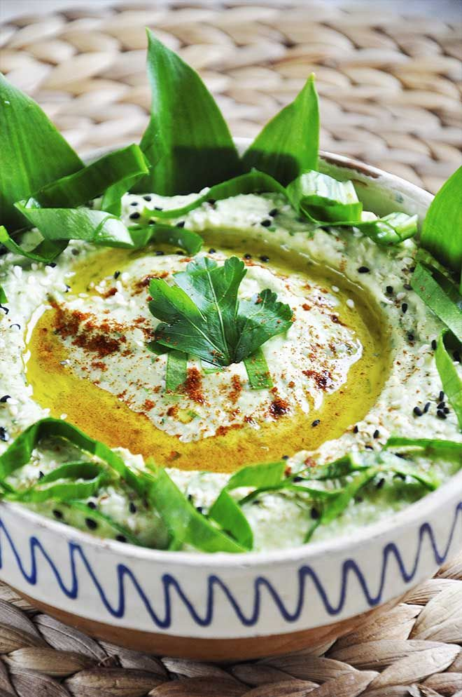 Wild Garlic #Hummus, a spring hummus recipe ready in just 5 minutes | gourmandelle.com