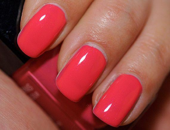 Lasciamo da parte il solito binomio black and white e concentriamoci sul nuovi colori di tendenza dell'estate 2015. Sulle unghie, si riconferma il trend del color corallo!