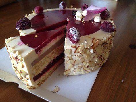 """Делала торт знакомой. Миндаль, малина и ваниль - основополагающие вкусы. Торт """"Малиновые облака"""" Эта фотография торта еще толком не размороженного. Перед выходом, так сказать, торт в свет :) Бисквит Взбить в течение 8-10 минут 3 яйца, по 110 г миндальной муки и сахарной пудры, 35 г муки. Отдельно…"""